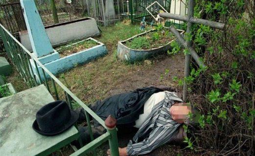 Шахтах, Упал на штырь, вырыл могилу, разрушил надгробия – странные случаи на кладбищах в Шахтах