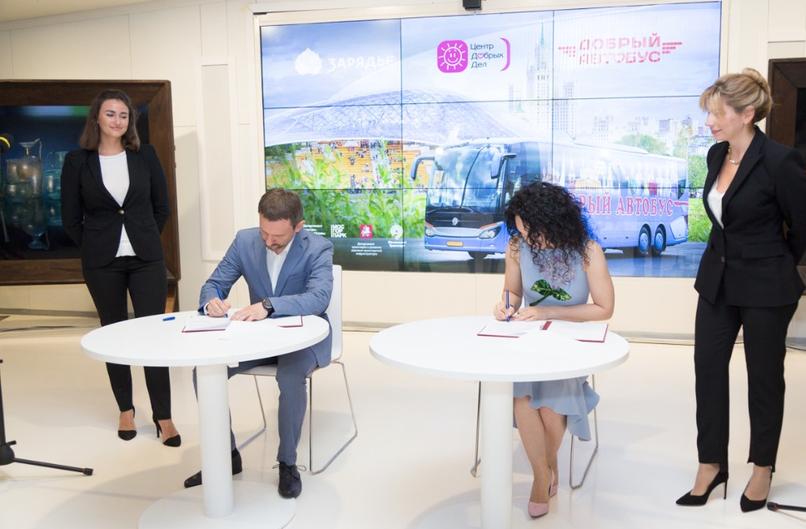 Сабина Цветкова подписывает соглашение