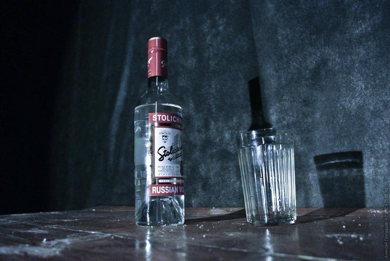 Картинка с бутылкой водки на столе, надписью