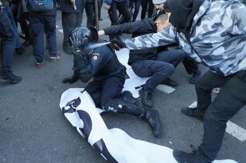 Киеве, Началось? В Киеве – столкновения между полицией и националистами. Есть раненые (ФОТО)