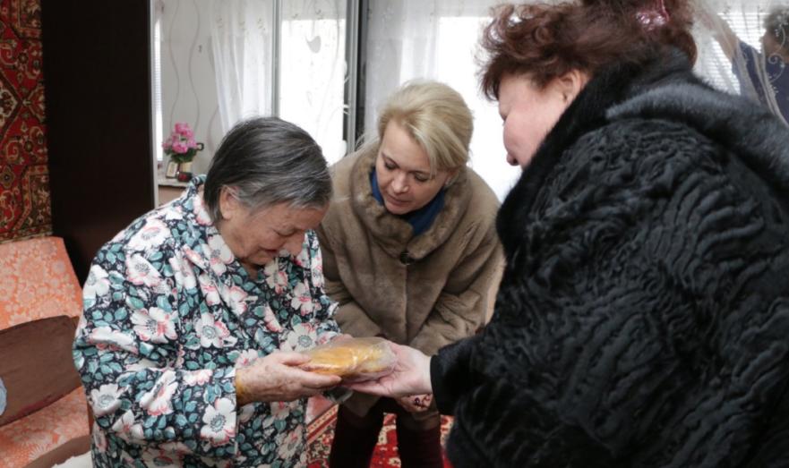 Крымские чиновники подарили блокадникам хлеб