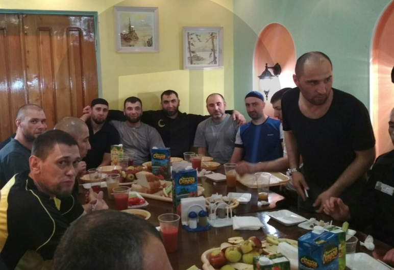 застолья, Шашлык для убийцы Немцова: появились фото очередного застолья в колонии