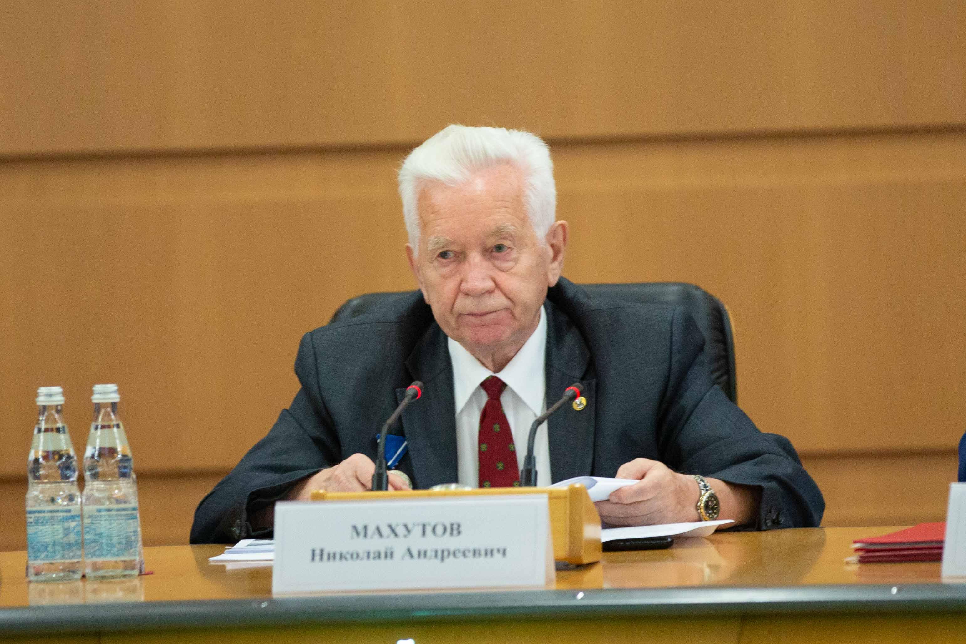 Николай Махутов
