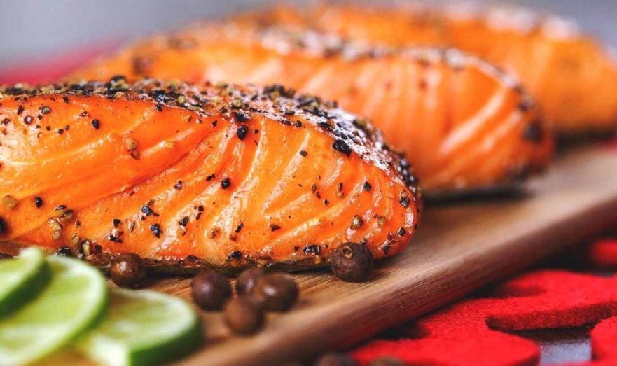 Предпочтения нужно отдавать дикой жирной рыбе
