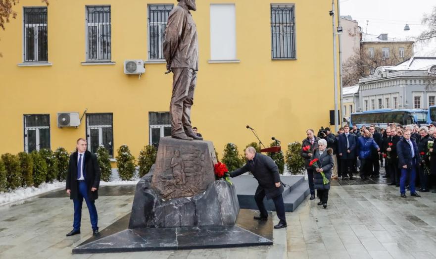 Владимир Путин у памятника Солженицыну