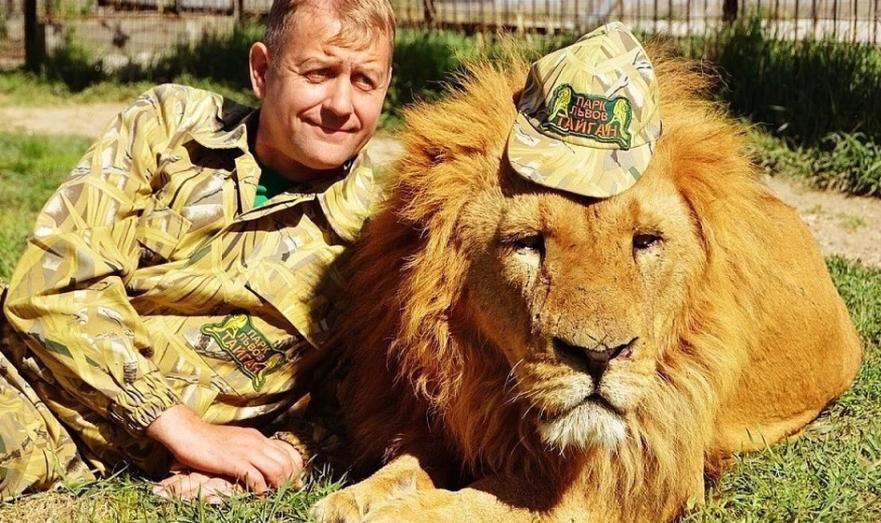 Директор сафари-парка Олег Зубков с питомцем.