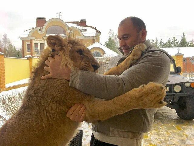 Роман Кузнецов со львом Али