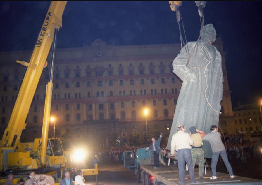 Демонтаж памятника Дзержинскому с Лубянской площади в августе 1991 года.