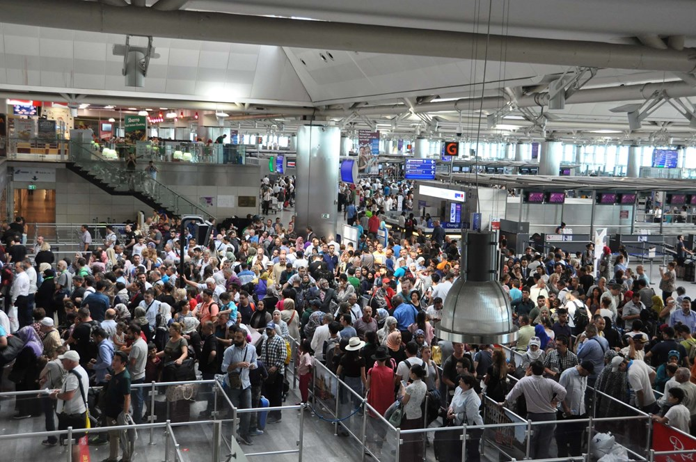 Пассажиры аэропорта Стамбула им. Ататюрка