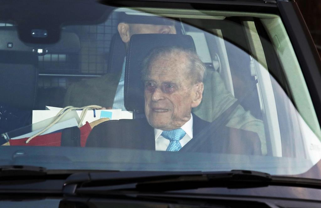 Филипп, герцог Эдинбургский при выписке из больницы