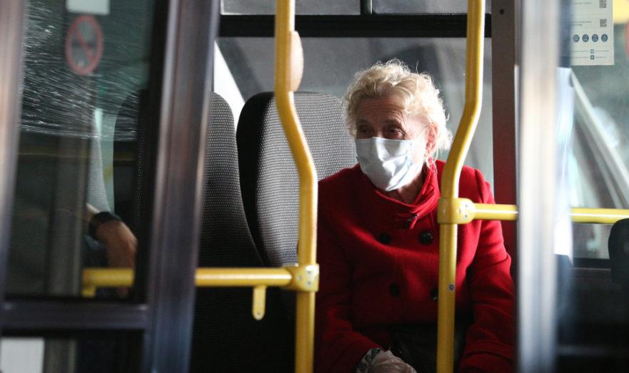 Пожилая женщина в городском транспорте