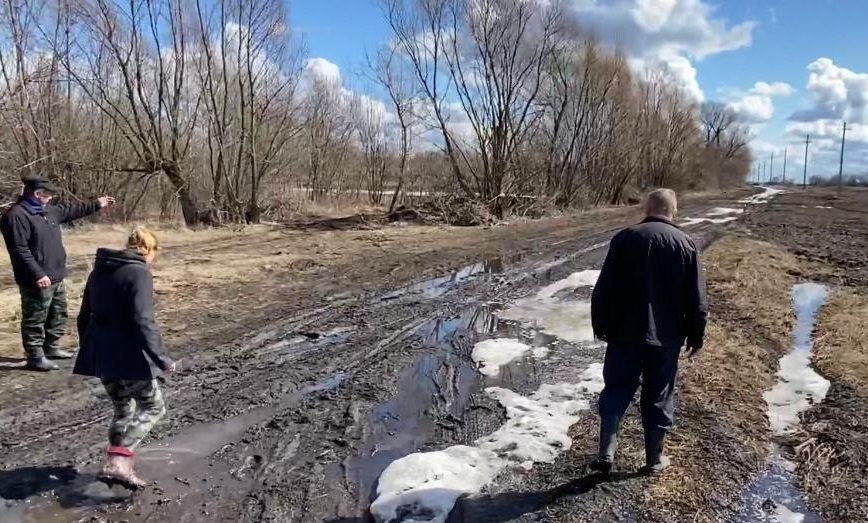 Жители Липецкой области носят детей на руках по грязи и платят штрафы за неоказанные услуги
