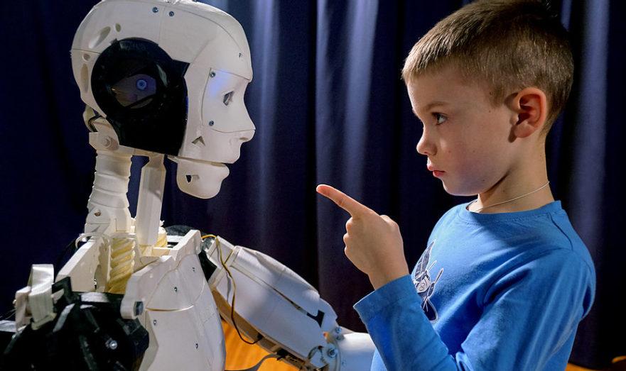 Роботы воспитывают детей