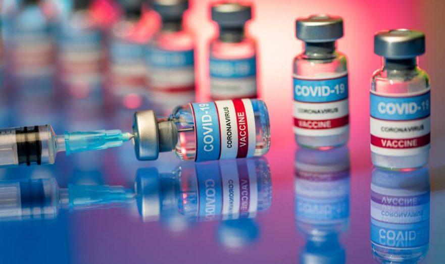 Россияне жалуются на недостаток вакцины от COVID-19 и снова подозревают чиновников