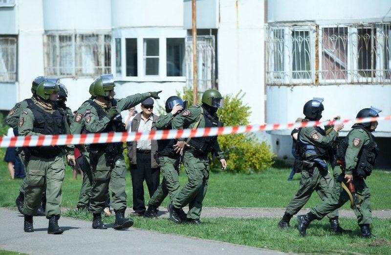 Силовики у школы №175 в Казани