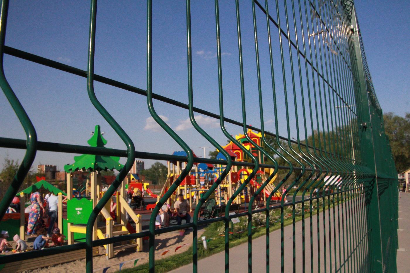 Детская площадка за забором