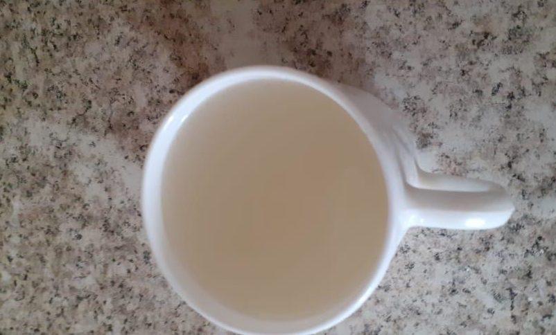 Мутная жидкость, иногда с червями - вода, которой довольствуются сельчане.